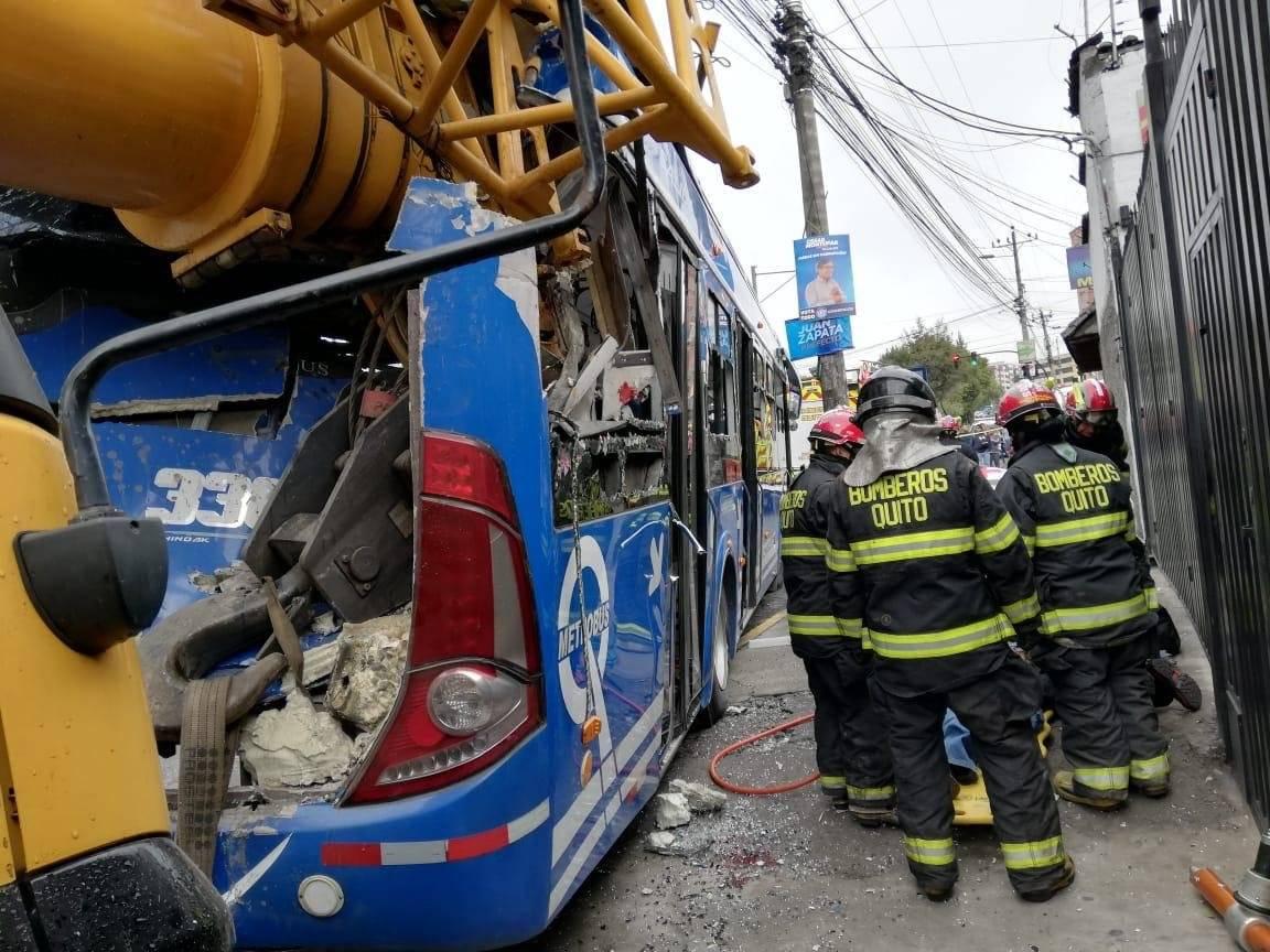 Quito: Dos heridos y una persona atrapada tras accidente en la Eloy Alfaro BOMBEROS QUITO