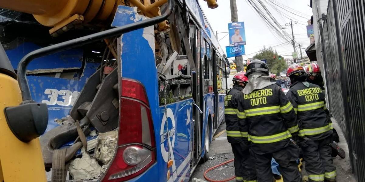 Quito: Un herido y una persona atrapada tras accidente en la Eloy Alfaro