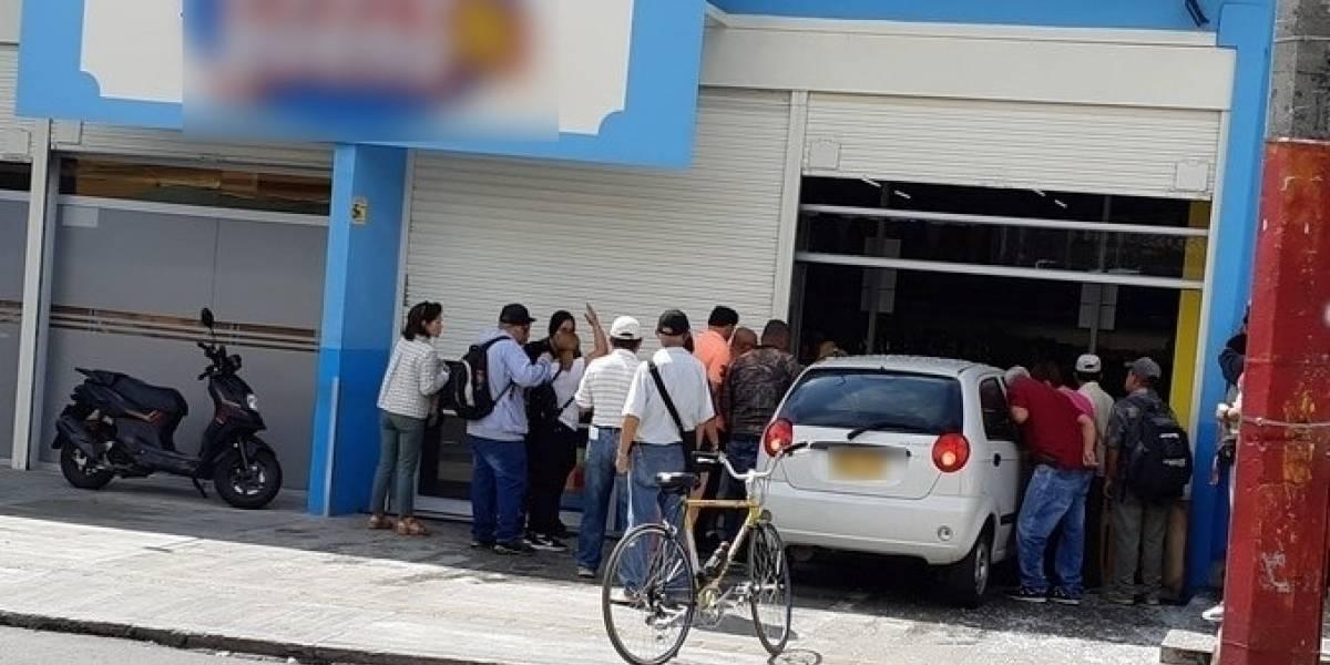 Conductor estrelló su vehículo contra un supermercado e hirió a una cajera
