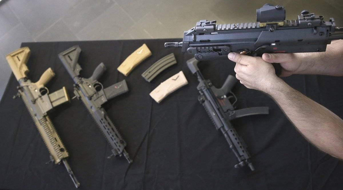 Fotografía de archivo del 20 de febrero de 2019 de un hombre sosteniendo un arma del productor de armas de fuego Heckler & Koch en Berlín, Alemania.