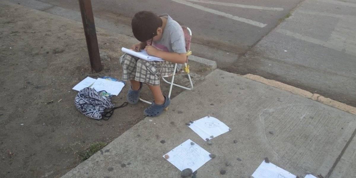 Niño vende sus dibujos en la calle para pagar sus útiles escolares y las redes se conmueven