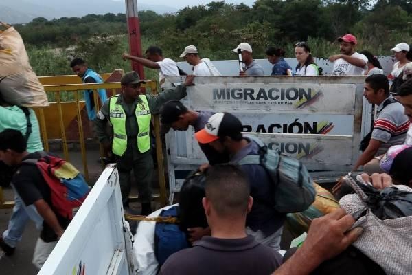 Guaidó contradice a Maduro y ordena mantener abierta la frontera con Brasil
