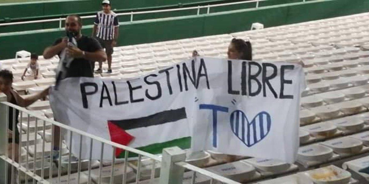 """""""Palestina Libre"""": Hinchas de Talleres recibieron con un lienzo y aplausos a Palestino"""