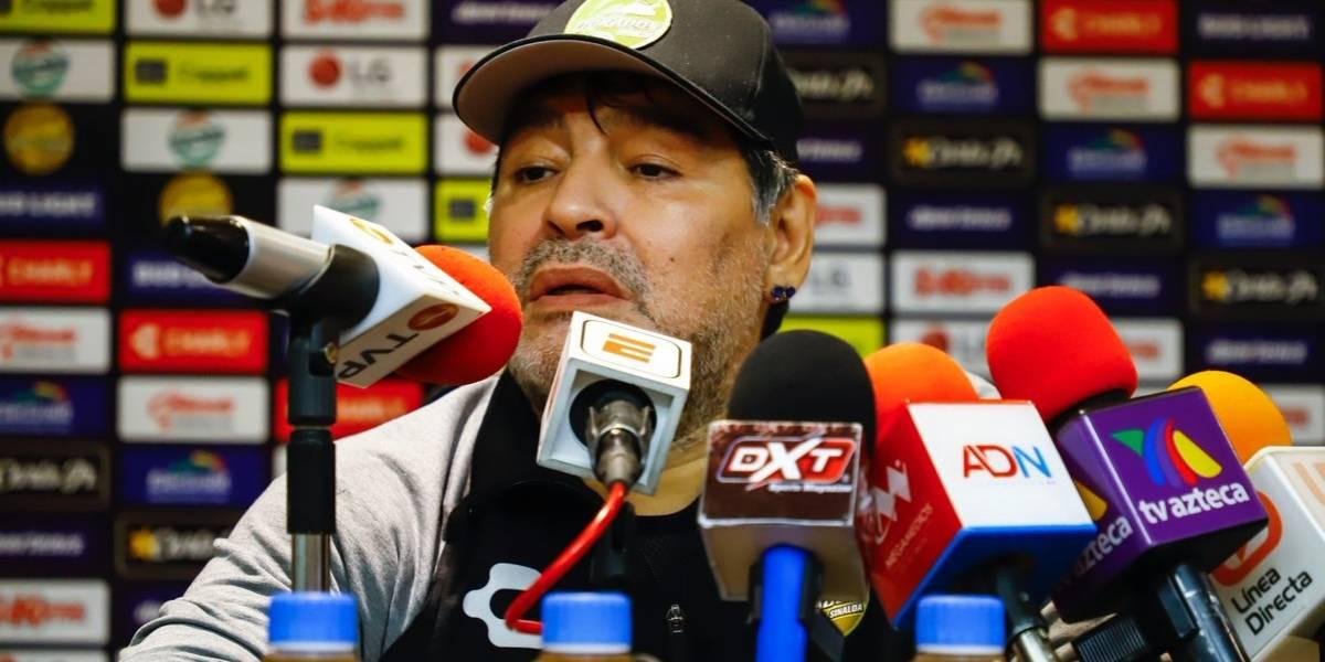 ¿Maradona 'enloquece' en plena rueda de prensa?