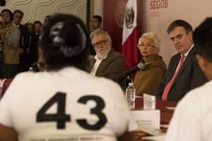 Alejandro Encinas, Olga Sánchez Cordero y Marcelo Ebrard en reunión con familiares de víctimas en caso Ayotzinapa