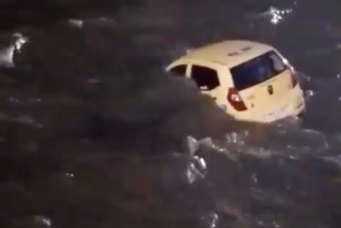 Video: taxi con dos pasajeros terminó en el río Magdalena, en Barranquilla
