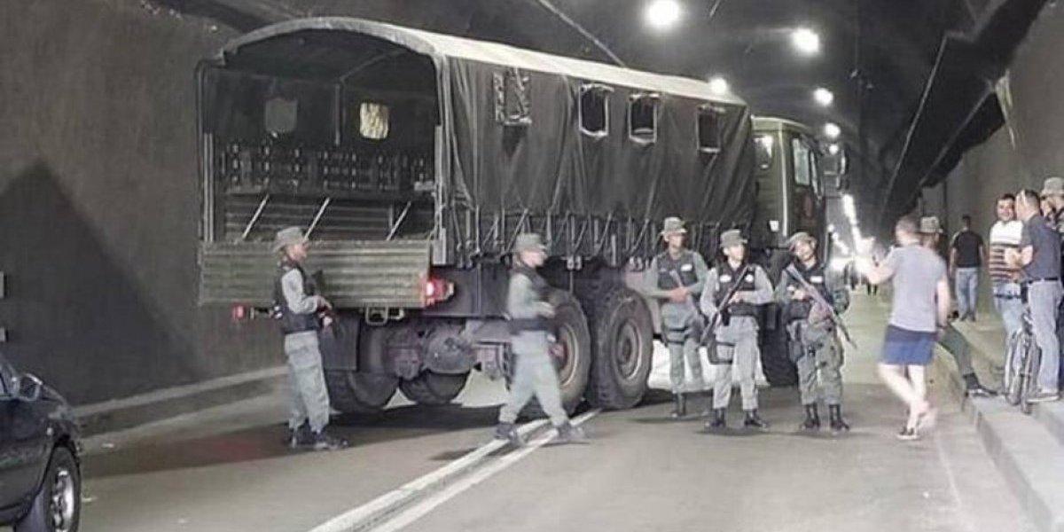Militares de la dictadura de Maduro toman túnel y bloquean a caravana opositora: diputados forcejean con uniformados