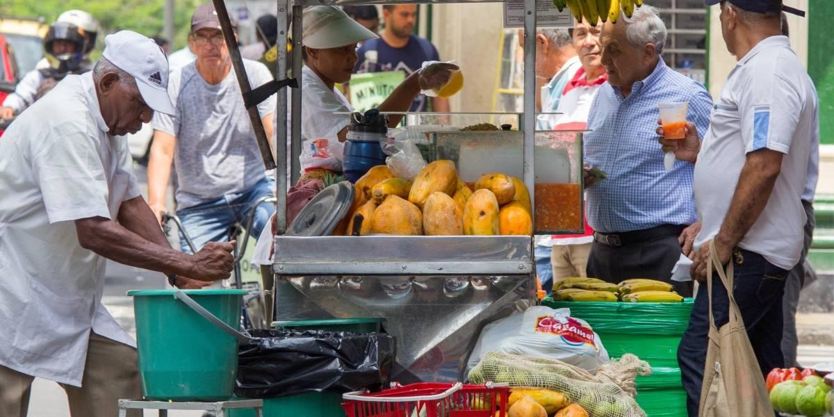 ¿Lo multarán en Cali por comprar o vender empanadas en la calle?
