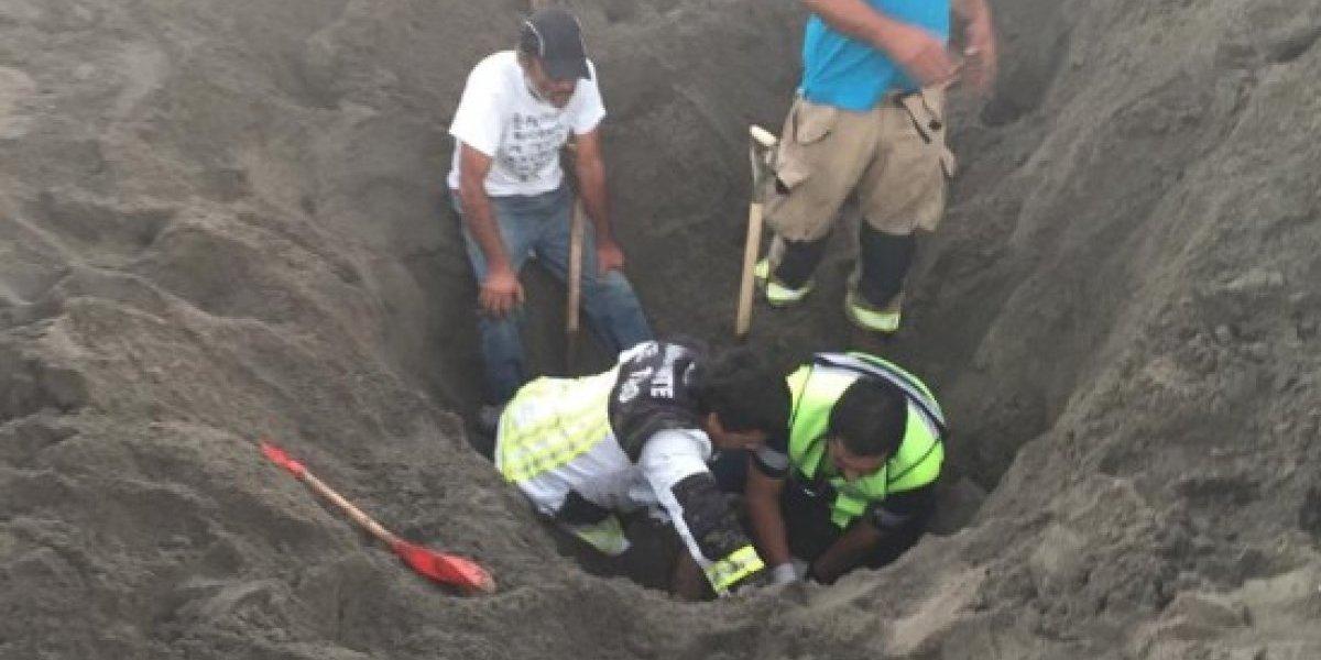 Muere joven tras quedar enterrado en la arena mientras construía túnel con su hijo