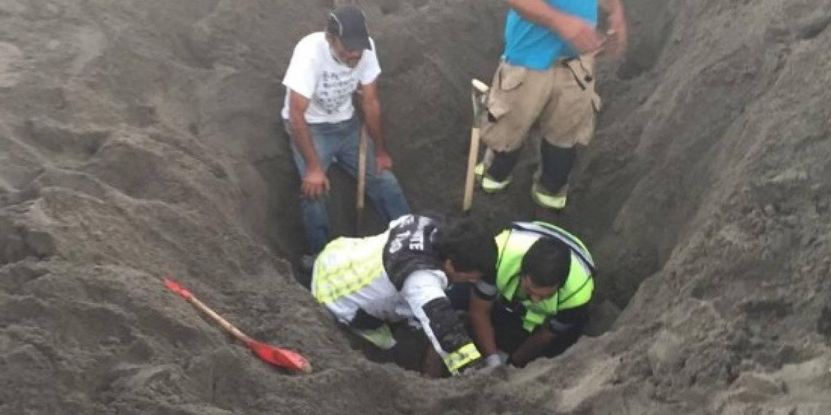 Joven que construía con su hijo un túnel en la playa murió enterrado en la arena