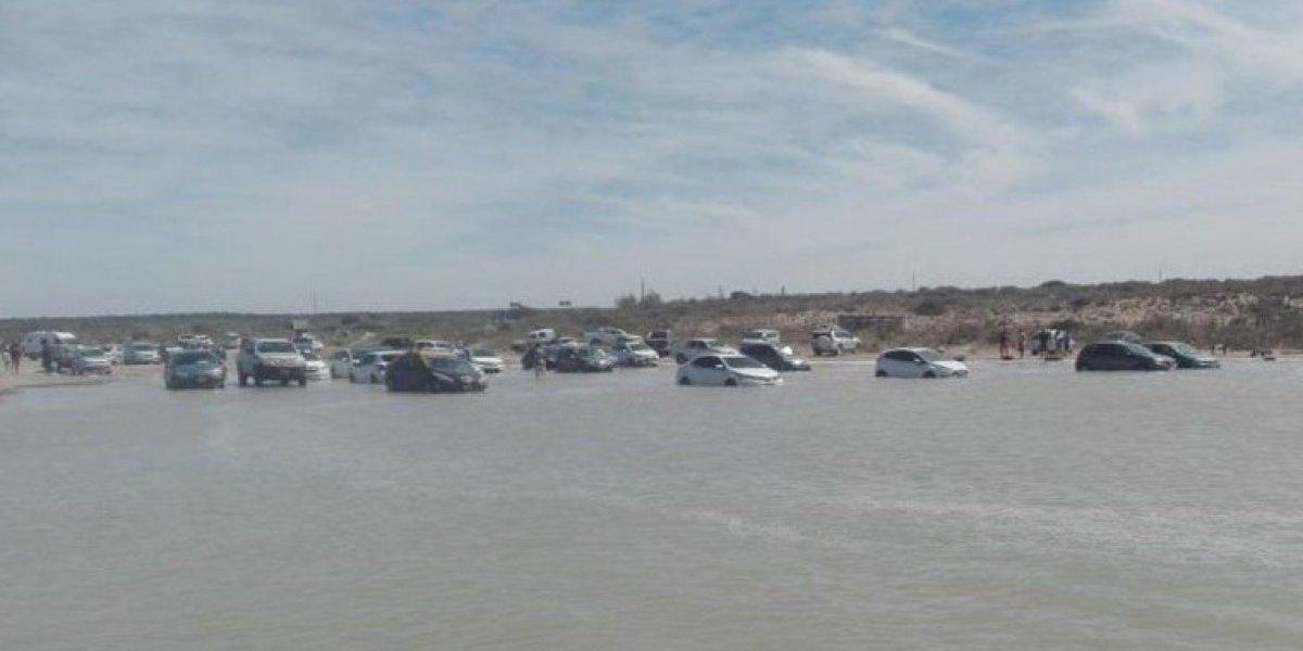 Más de una decena de turistas perdió sus vehículos: marea extraordinaria casi se lleva todos los autos de una playa
