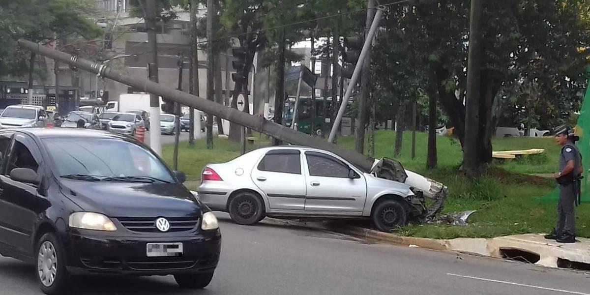 Motorista bate em poste perto do terminal São Mateus; trânsito segue lento na região