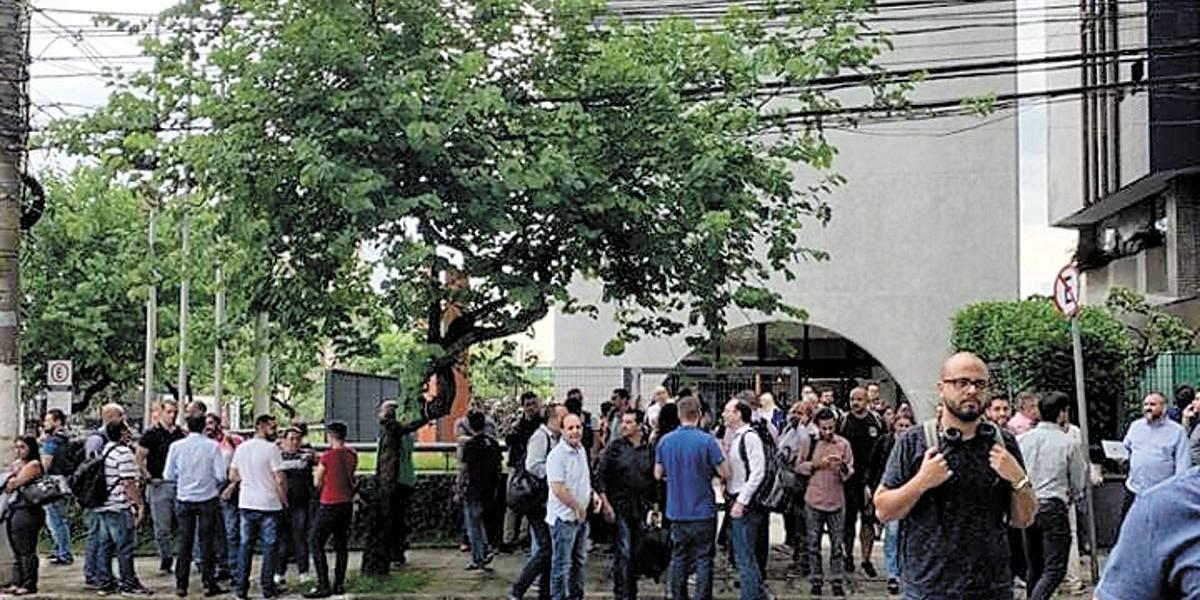 Barulho de palestra assusta funcionários de empresa, que evacuam prédio achando que estrutura estava ruindo