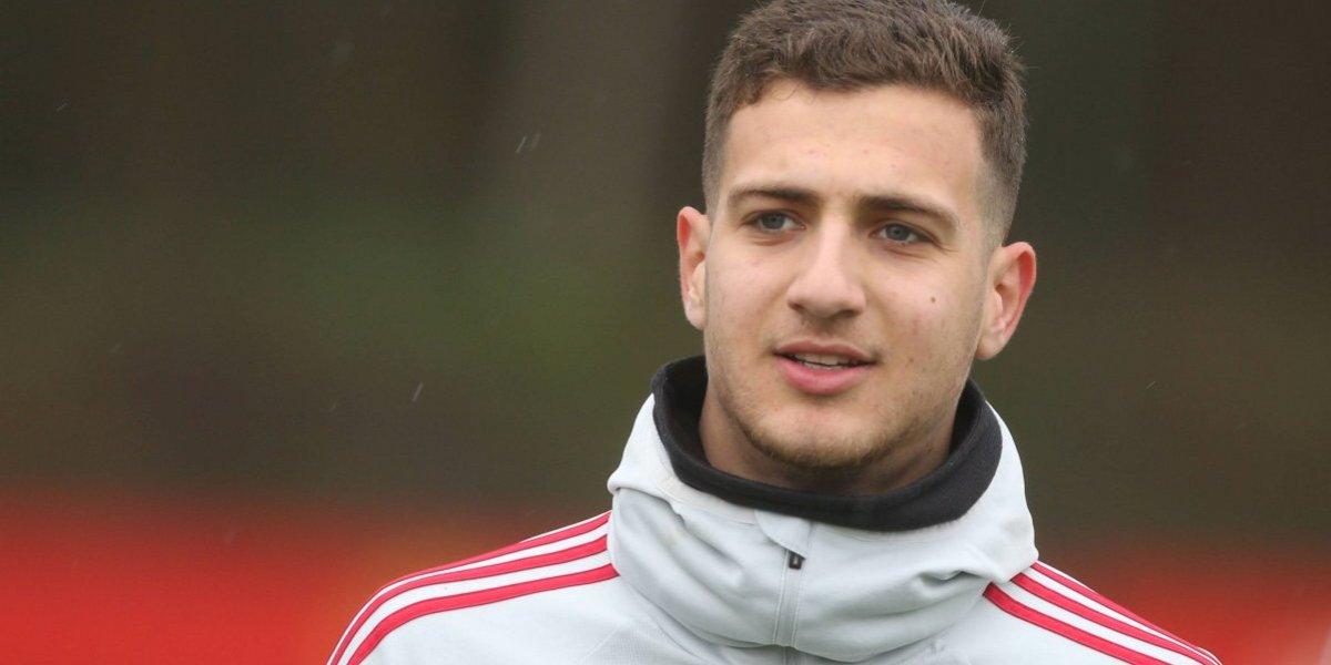 Jugador del United compra minibús con su primer sueldo para el club de su infancia