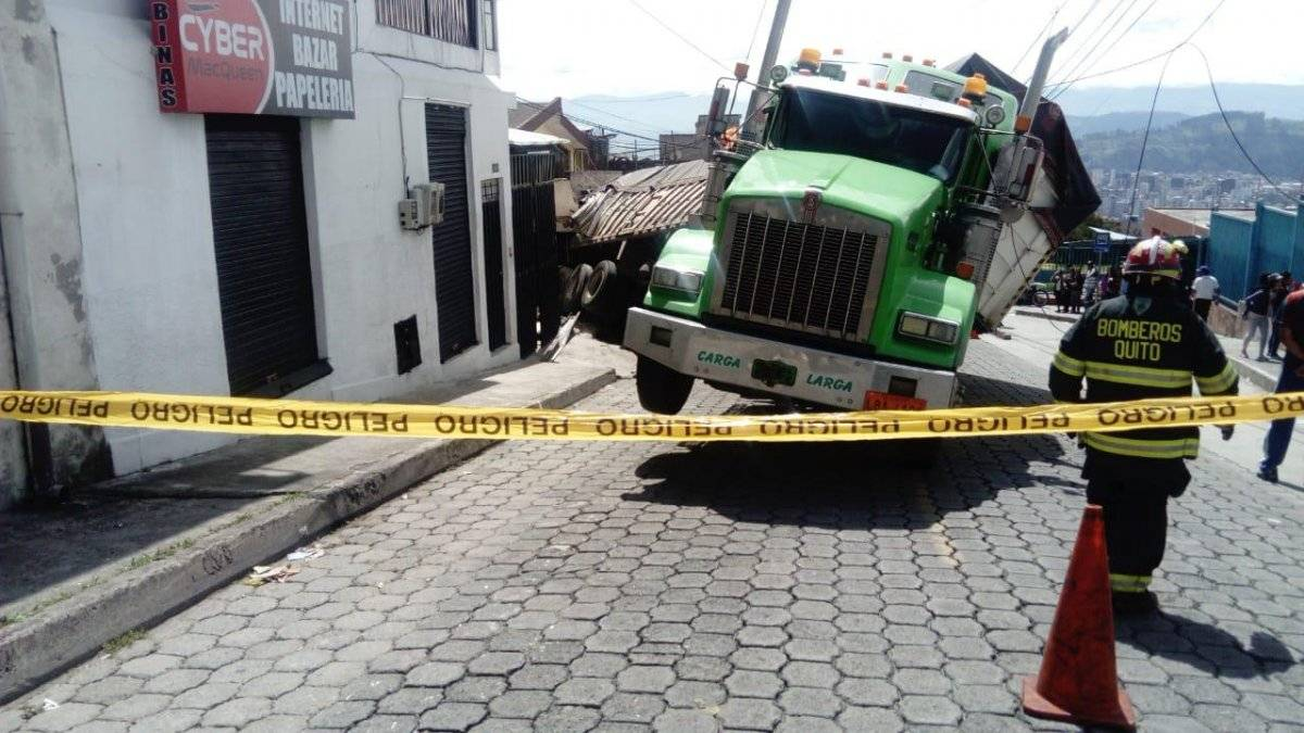 Quito: Accidente de tránsito en el sector La Primavera BOMBEROS QUITO