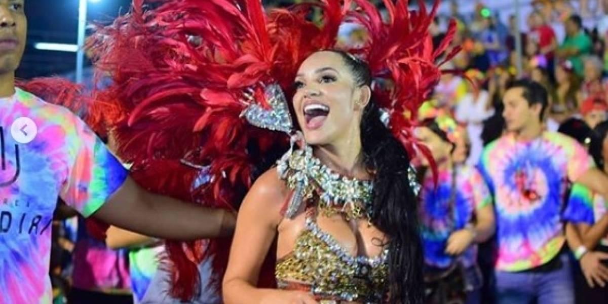 Andrea Valdiri mostró su sensual figura vestida de garota en desfile de Carnaval