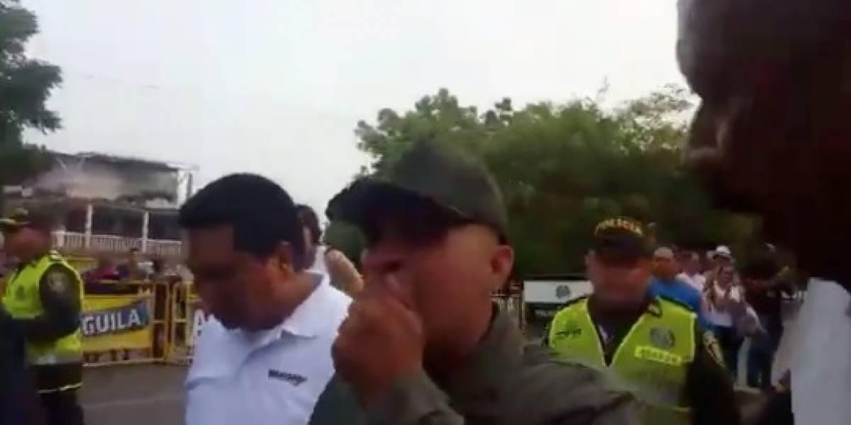 Miembro de la guardia nacional venezolana se emociona hasta las lágrimas y es recibido con aplausos luego de desertar y unirse a la oposición contra Maduro