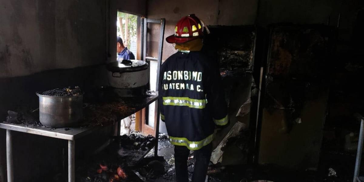 Bomberos controlan incendio en restaurante de La Antigua