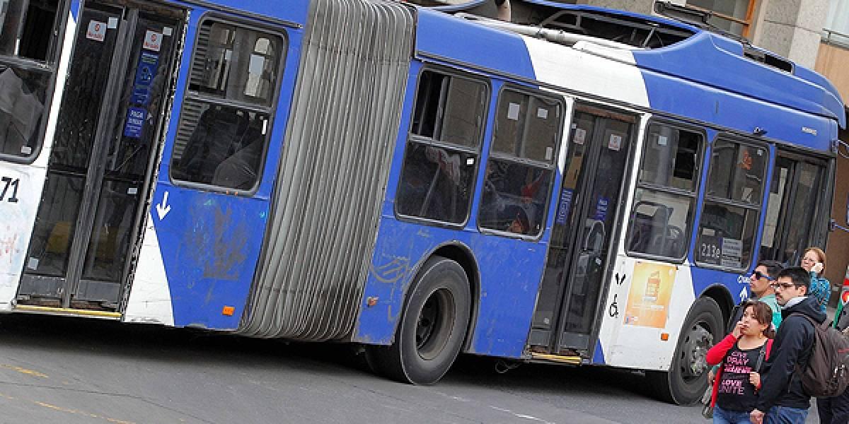 """Informe transparenta la seria contaminación que generan los """"buses orugas"""" del Transantiago"""