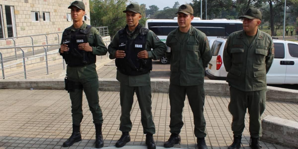 Cuatro miembros de la Guardia de Venezuela desertan en el Puente Simón Bolívar