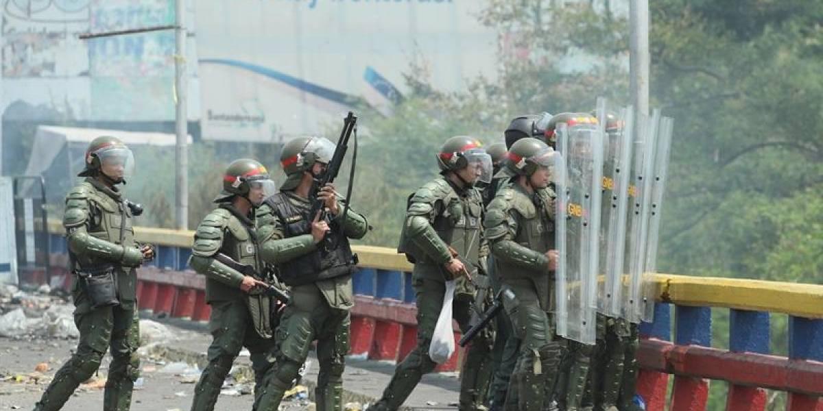 La ministra de prisiones venezolana se planta en la frontera con hombres armados