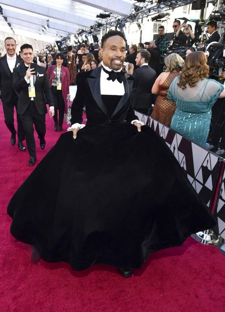 Billy Porter desfiló con un espectacular vestido mitad esmoquin, mitad falda. Foto: AP