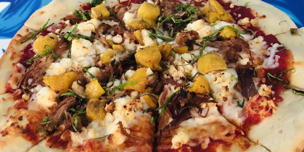 Pizza boricua con cerdo y amarillos causa sensación en Humacao