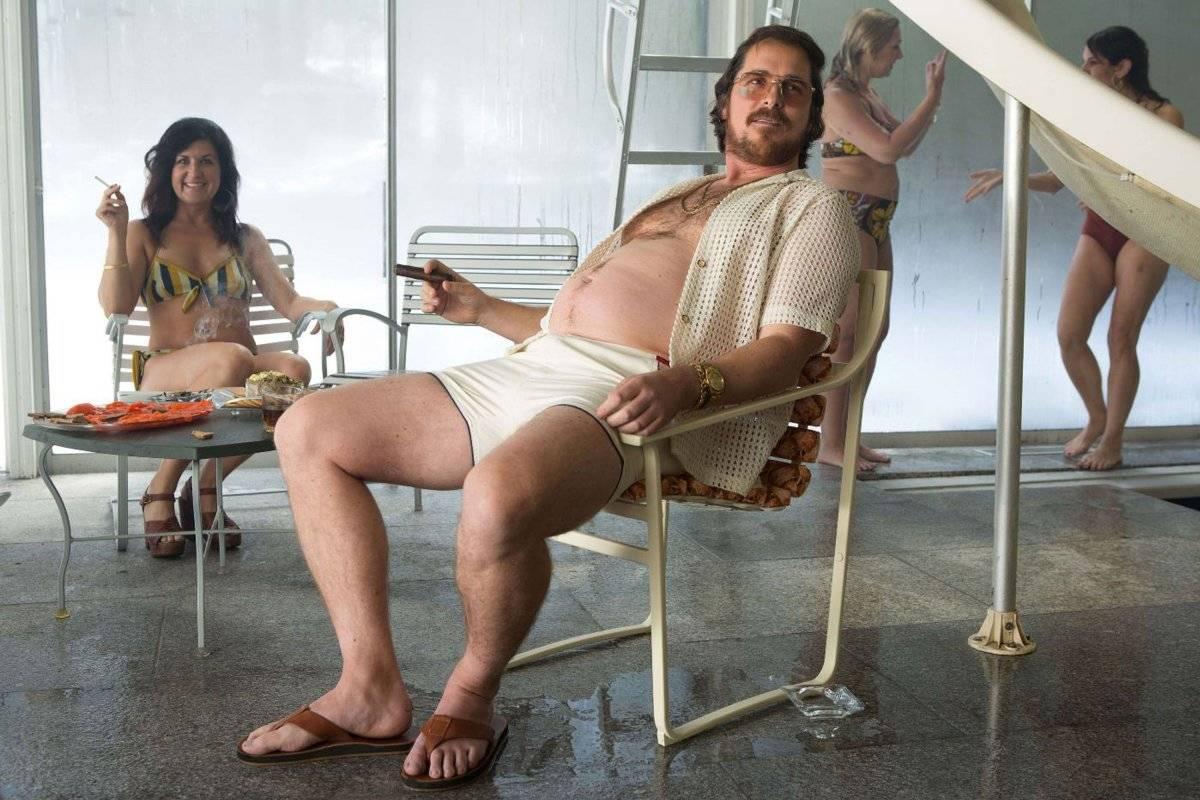 Um ano após passar o manto do Batman, o ator engordou 18 quilos para seu personagem em Trapaça (2013) Divulgação