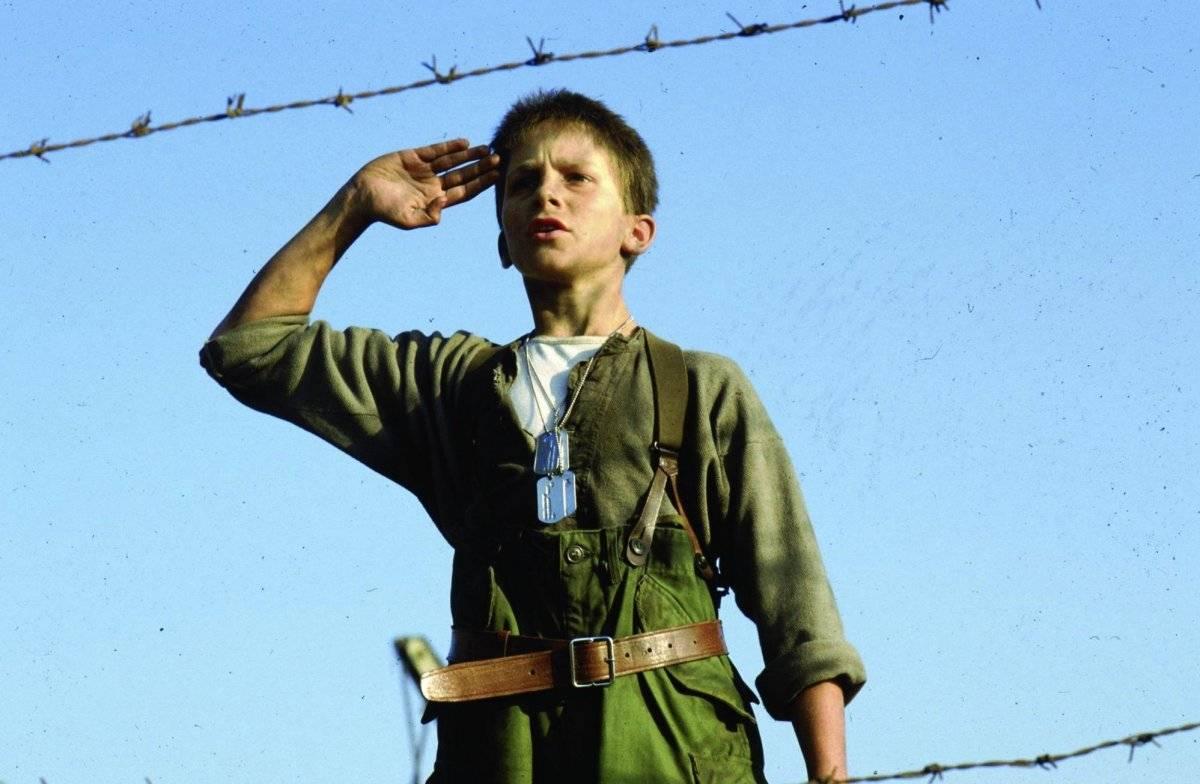 Não demorou para que ele fizesse sua primeira aparição no cinema, em Império do Sol (1987) Divulgação