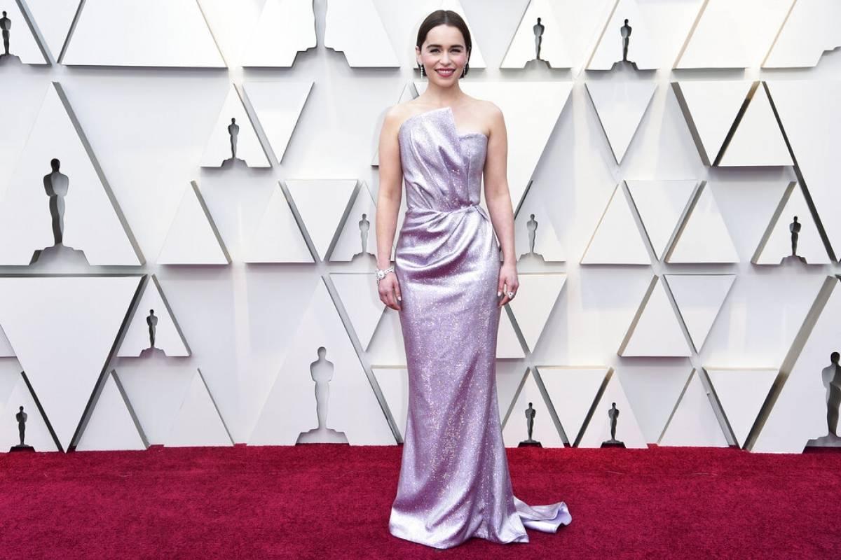 Emilia Clarke sorprendió con un brillante vestido rosa. Foto: AP