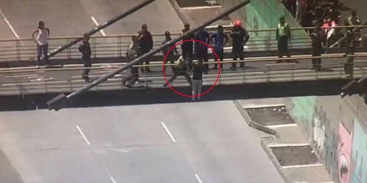 De audaz manera, policía evita que hombre salte de un puente en Medellín