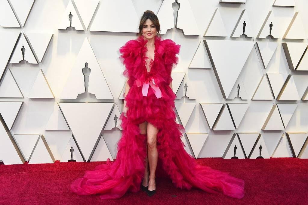 La actriz Linda Cardellini eligió un llamativo vestido de tul en color fucsia. Foto: AP