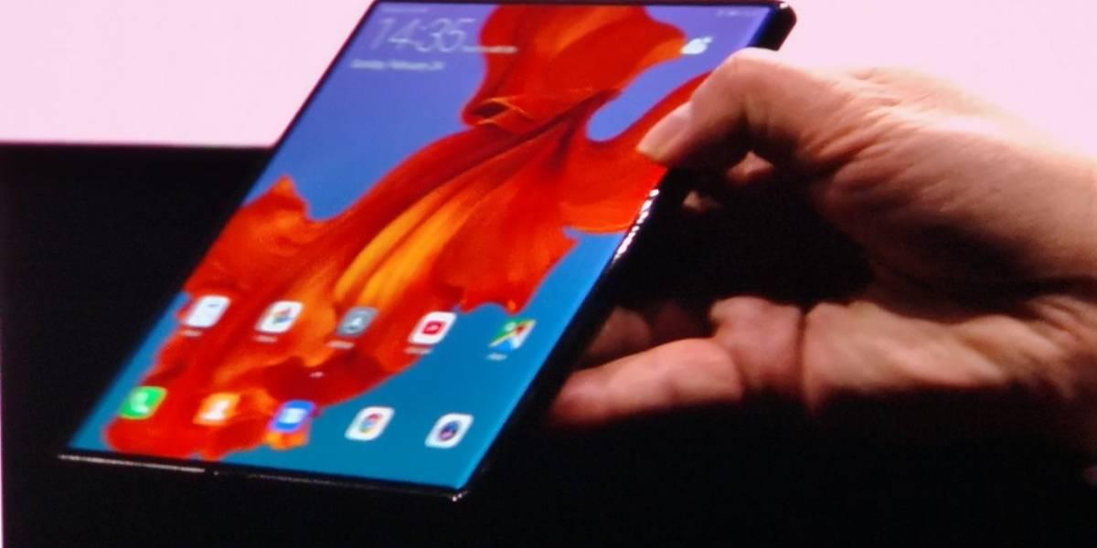 Sorprenden a CEO de Huawei utilizando el plegable Mate X en un aeropuerto