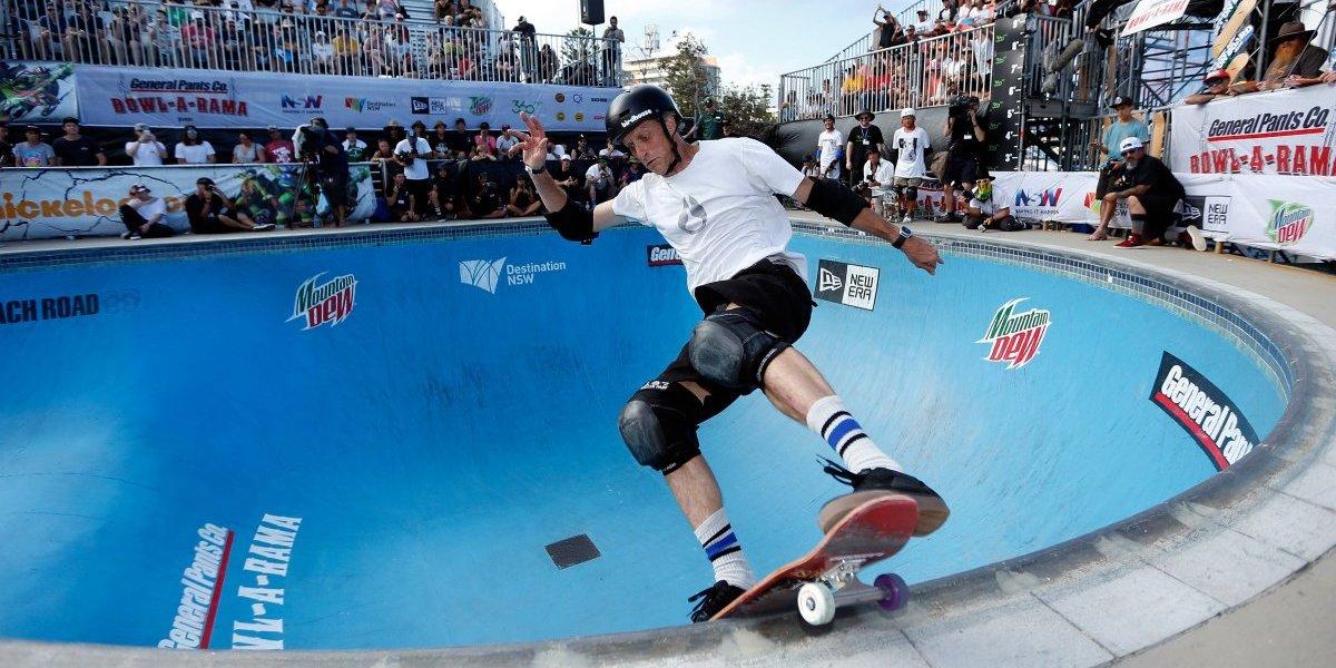 VIDEO: Tony Hawk impulsa a su hija en el mundo del skate