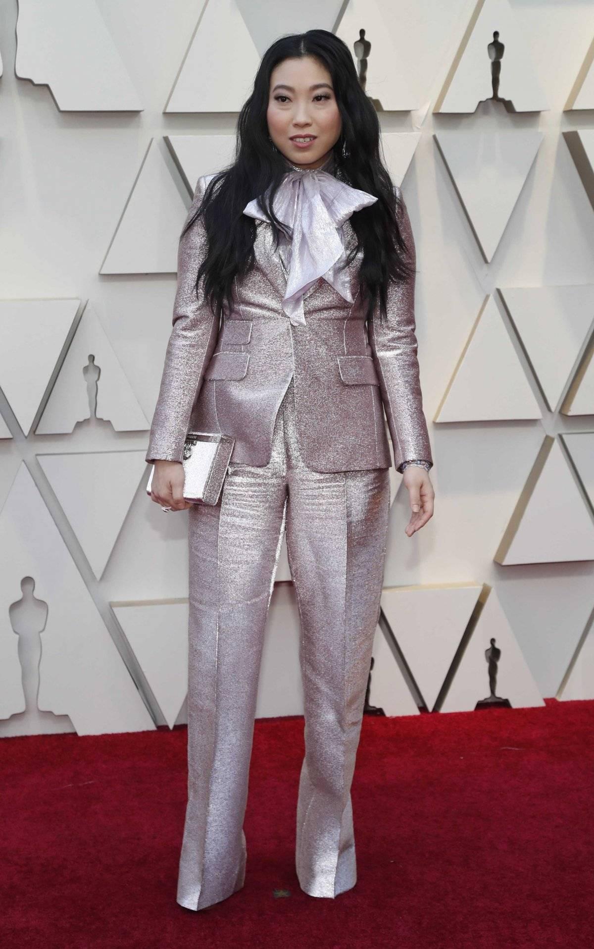 A atriz Awkwafina, de Podres de Rico, foi com um terno Dsquared2 e entrou na onda dos grandes laços que pode ser visto em muitos vestidos. A silhueta, porém, ficou prejudicada Reuters