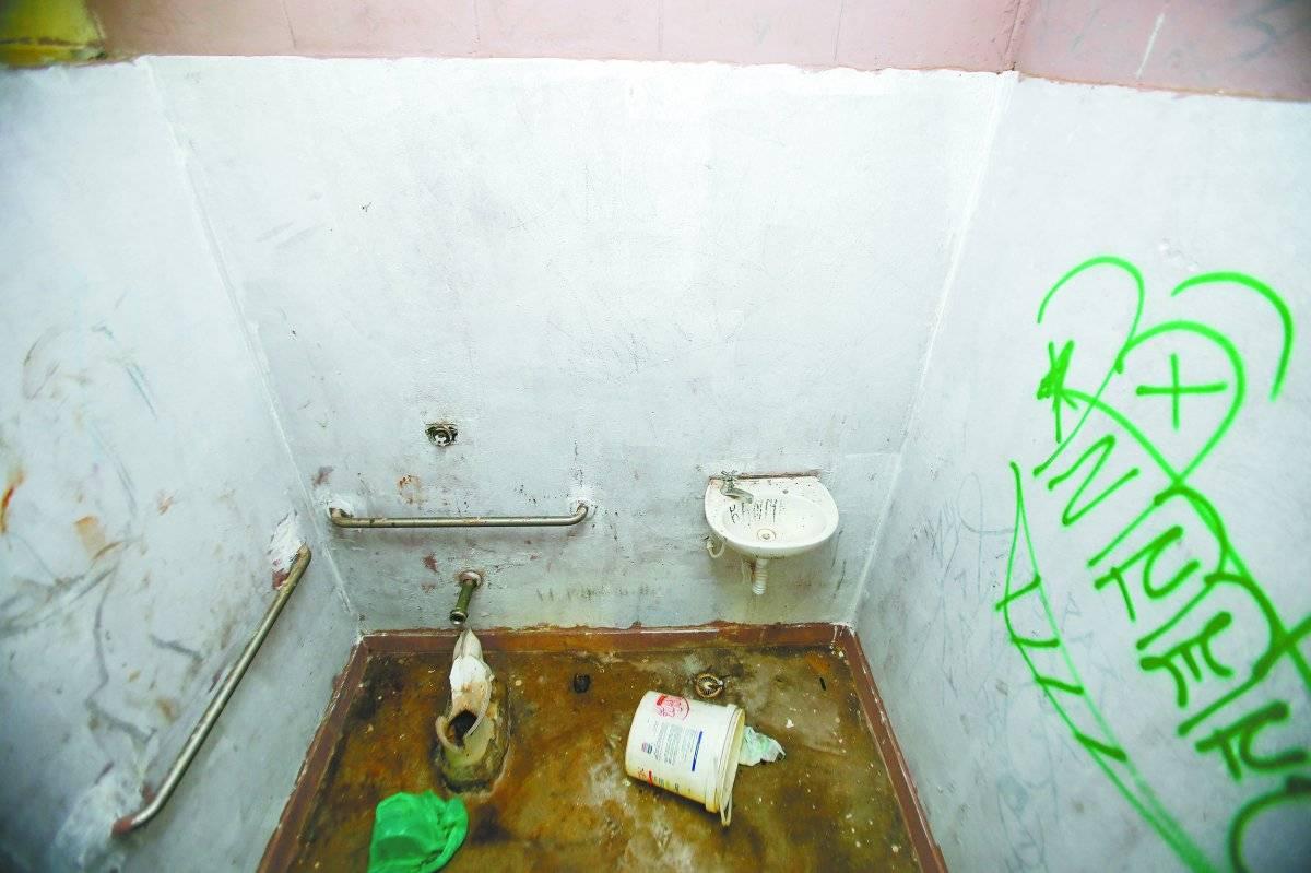 Privadas quebradas nos banheiros Ari Paleta/Metro