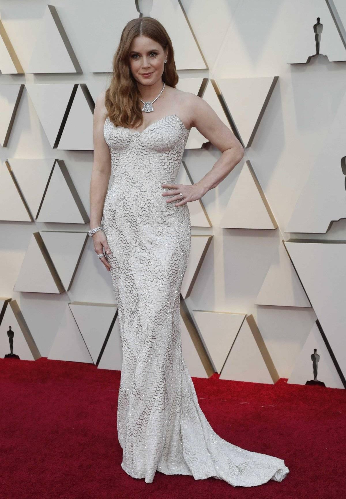 Amy Adams não levou o Oscar - de novo - mas foi com um vestido da Versace campeão. O modelo sereia valorizou demais. Reuters