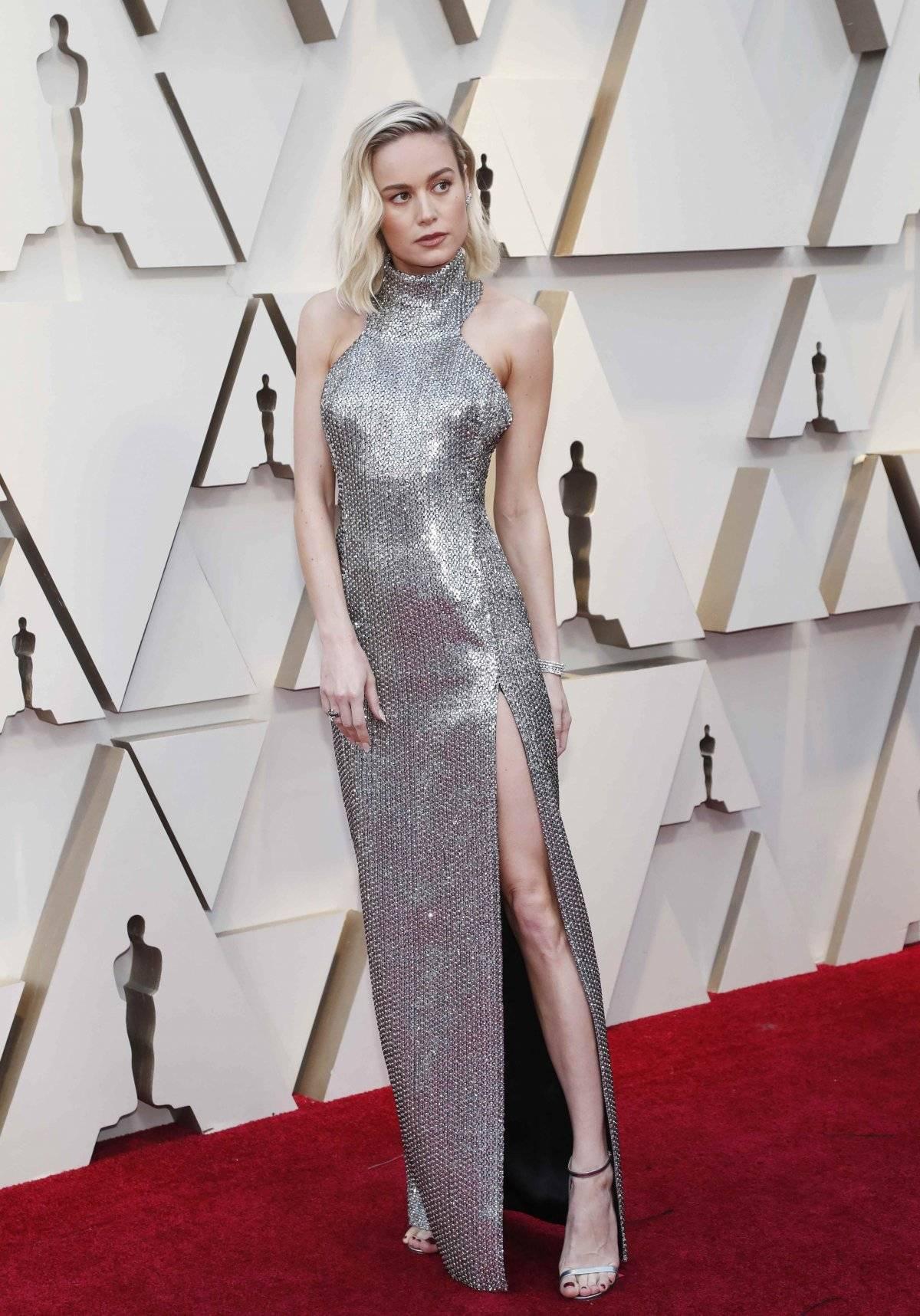 Brie Larson usou um vestido Celine metalizado, sem decote, mas com uma bela fenda nas pernas. Os sapatos são Jimmy Choo. Getty Images