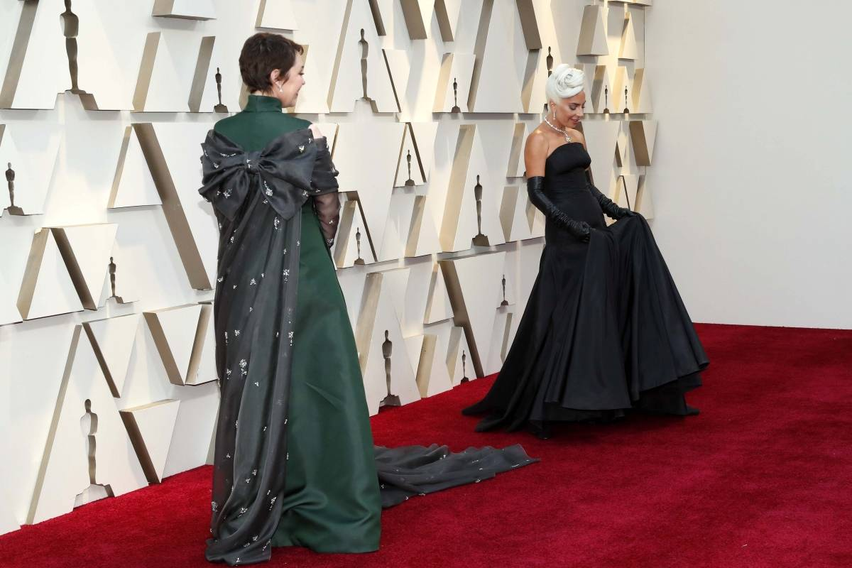 Olivia Colman também derrapou no excesso de tecido nesse Prada que vai ficar marcado para sempre como o look da Melhor Atriz Reuters