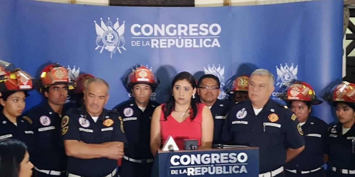 Presentan iniciativa de ley para que bomberos reciban salario mínimo
