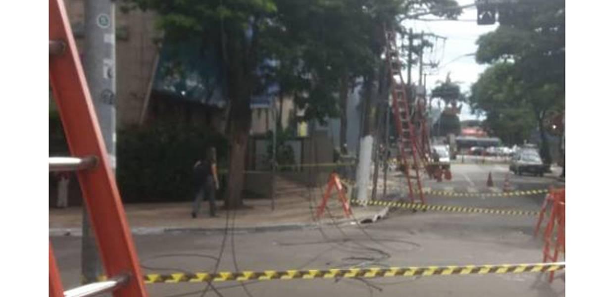 Queda de fios interdita faixa na avenida Brigadeiro Faria Lima