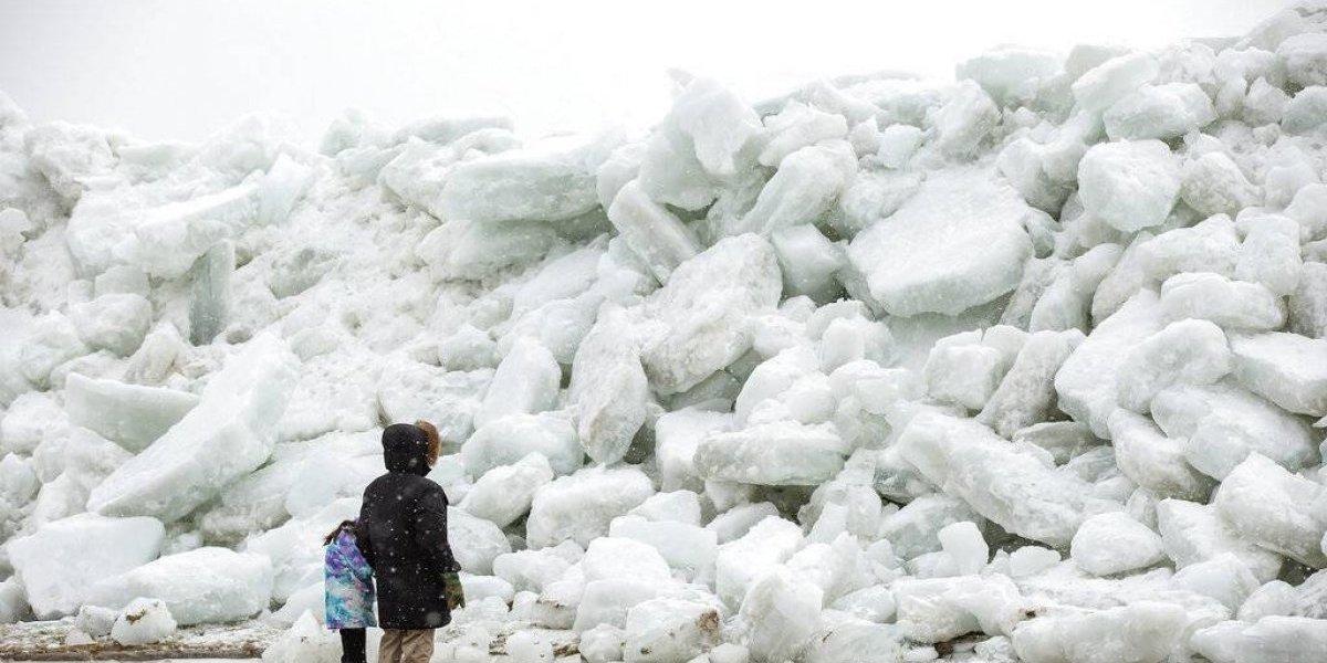 """Fenómeno sin precedente: el impresionante """"tsunami de hielo"""" que afecta a EEUU y causa pánico en todo el mundo"""
