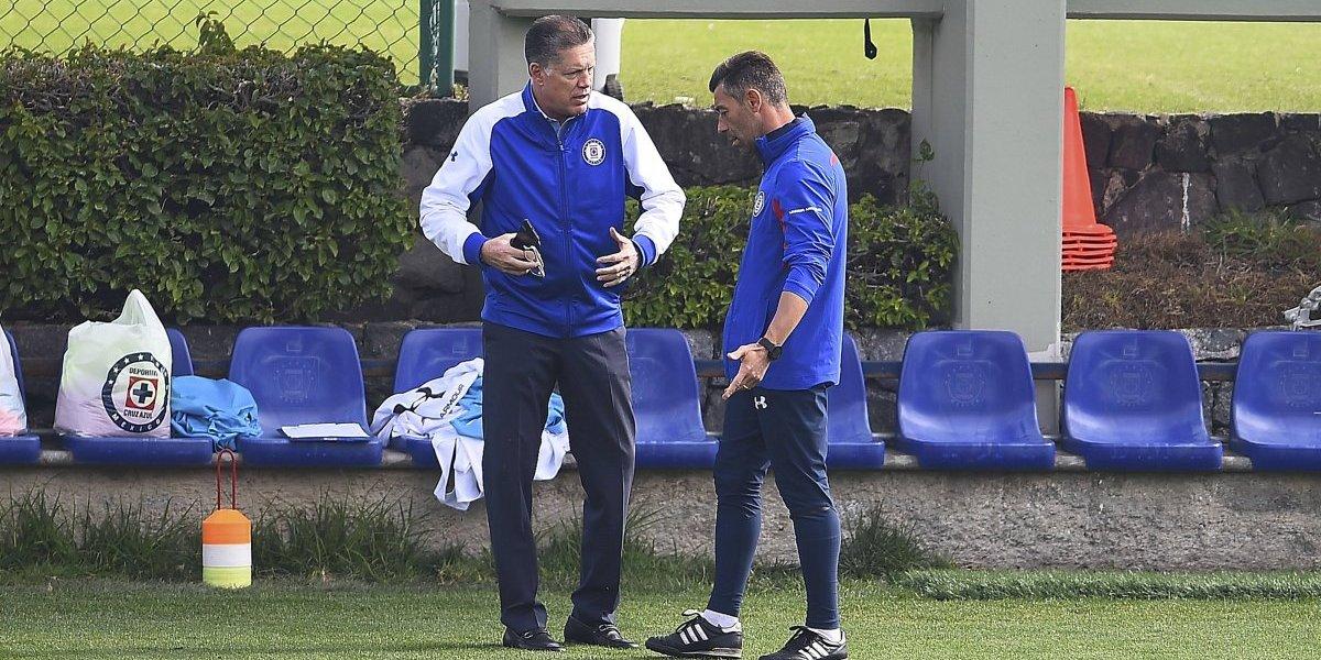 Peláez y Caixinha tienen breve charla tras reunión con 'Billy' Álvarez
