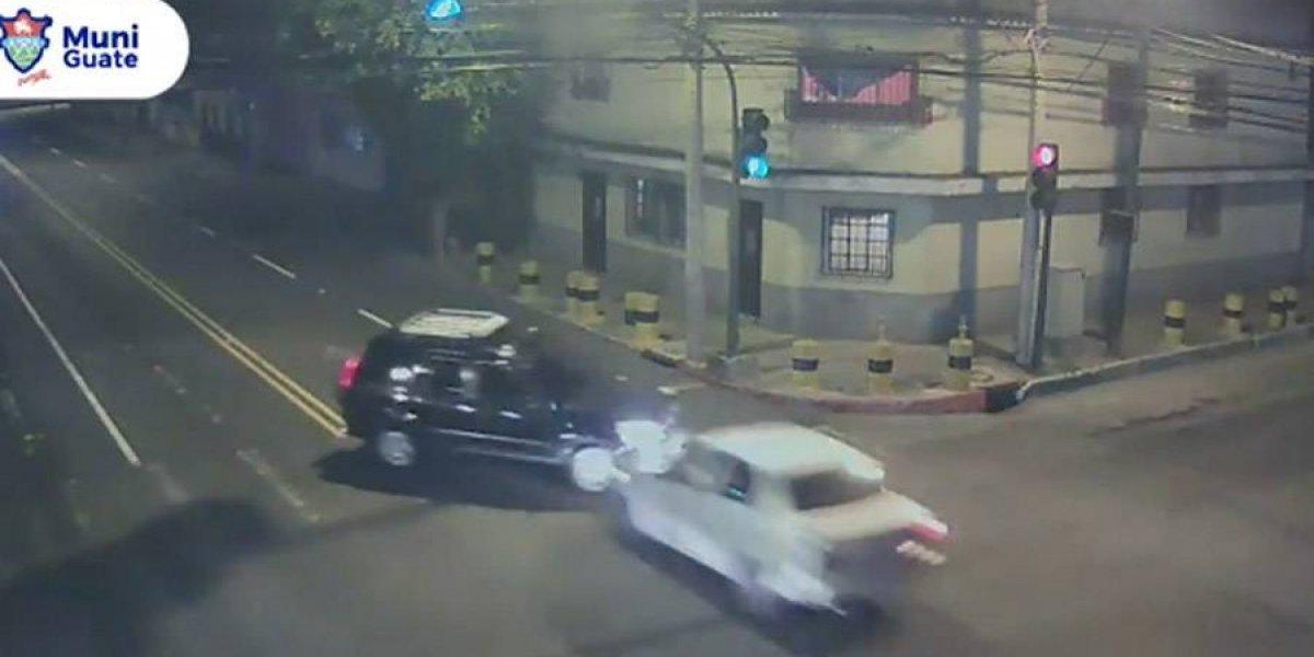 VIDEO. Dos vehículos protagonizan fuerte choque en la zona 12