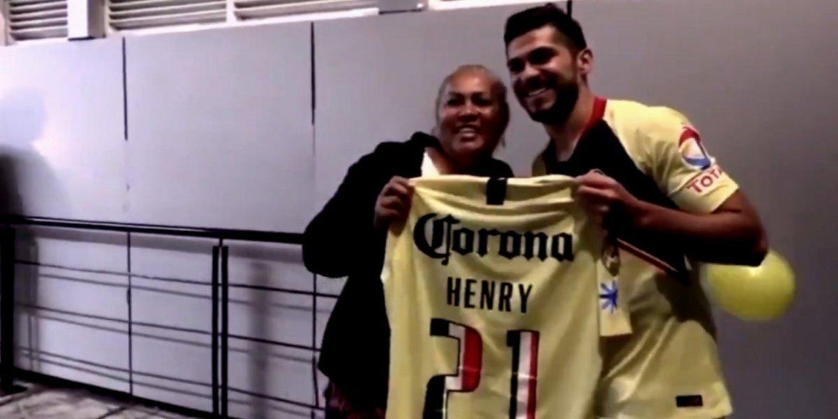 Henry Martín da balonazo a aficionada; la busca en el Azteca y regala jersey