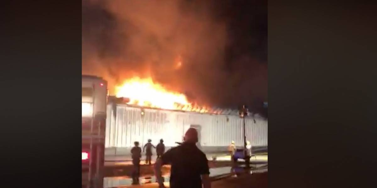 Reportan incendio en almacén en Toa Baja