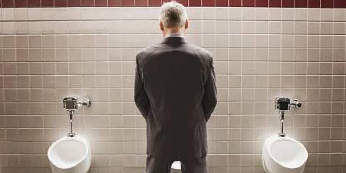 Chileno hacía hoyos en los baños y sacaba fotos a las partes íntimas de los hombres en Nueva Zelanda: tenía más de 100 imágenes en su celular