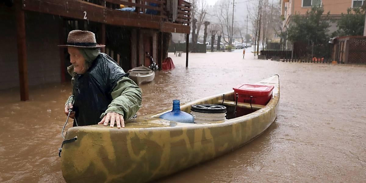 Inundaciones aíslan dos comunidades en California