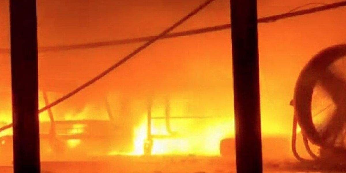 Continúan trabajos para apagar fuego en almacén de Toa Baja