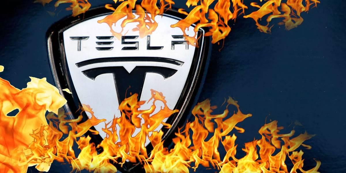 Hombre se quema vivo luego de quedar atrapado en su Tesla